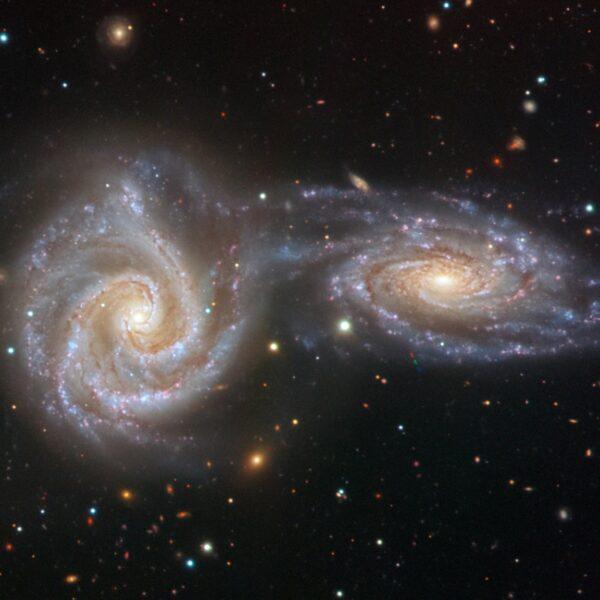 Hubble сфотографировал две галактики, которые сливаются в одну (81bca8c8c7b38422e26e46daa1cf9bdd)