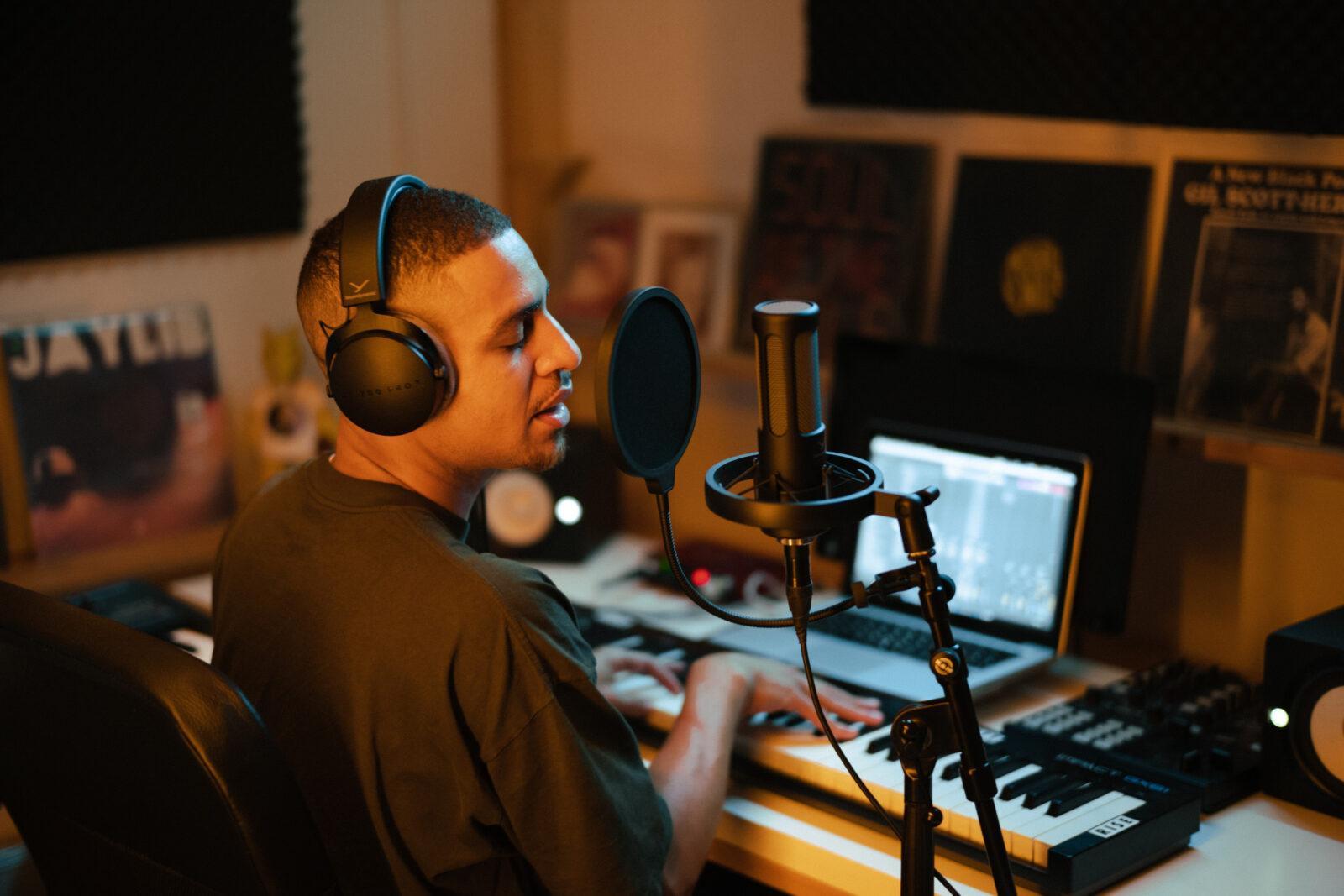 Beyerdynamic представила новые наушники и микрофоны PRO X для креаторов (csm PIC M90 DT700PRO X 21 08 Alex Studio v13 aa66665a1e)